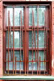 Oud venster van een verlaten huis stock afbeelding