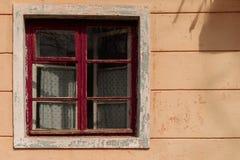 Oud venster in verlaten huis met houten rood kader en gordijn royalty-vrije stock fotografie