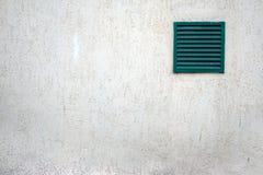 Oud ventilatietraliewerk met bars op een grungy gebouw Royalty-vrije Stock Fotografie