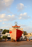 Oud verkleurd schip bij jachthaven Royalty-vrije Stock Afbeeldingen