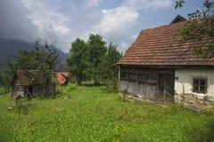 Oud verlaten buitenhuis in de berg Stock Foto