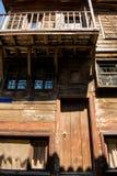 Oud verlaten die huis van hout op twee vloeren wordt gemaakt Stock Foto's