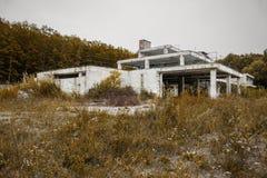Oud verlaten en gebrand hotel na brand, die 25 jaar geleden was Urbexfoto van de enge verlaten witte bouw Royalty-vrije Stock Afbeelding