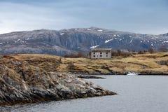 Oud verlaten grijs blokhuis in Noorwegen Stock Foto's