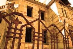 oud verlaten herenhuis met helft-geschilderd pleister in sepia royalty-vrije stock fotografie