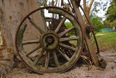 Oud verlaten houten wiel van 19de eeuw stock afbeeldingen