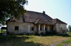 Oud verlaten huis bij het platteland Stock Foto's