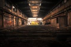 Oud Verlaten industrieel binnenland met helder licht Stock Afbeelding