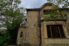 Oud verlaten kasteel in één van de bossen in Europa stock foto's