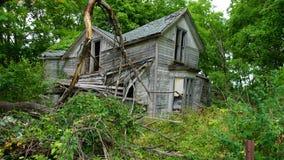 Oud verlaten landbouwbedrijfhuis in hout stock afbeeldingen