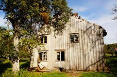 Oud verlaten landbouwbedrijfhuis, Noorwegen Stock Afbeelding