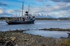 Oud verlaten schip in een haven Stock Afbeelding