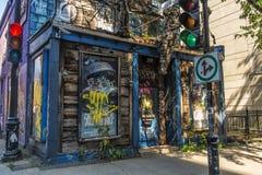 Oud verlaten spookhuisrestaurant stock foto