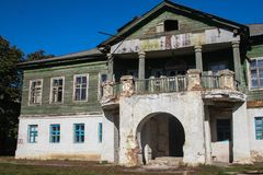 Oud verlaten vroeger Losev-herenhuis in Voronezh-gebied royalty-vrije stock fotografie