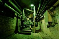 Oud verlaten vuil leeg groen fabrieksbinnenland stock fotografie