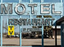 Oud verlaten wegmotel en restaurantteken royalty-vrije stock foto's