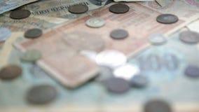 Oud verliep muntstukken en bankbiljetten De muntstukken van de USSR en zilveren muntstukken defocus stock videobeelden