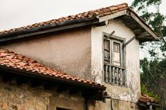 Oud vernietigd en verlaten huis van een dorp, royalty-vrije stock fotografie
