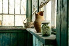 Oud vernietigd verlaten huis en gebroken schotels Streek van de de Rampenuitsluiting van Tchernobyl de Kern stock fotografie