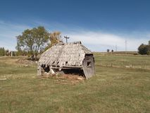 Oud, vervallen, verlaat houten plattelandshuisje Stock Foto's