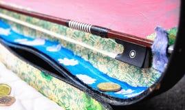 Oud viooldienblad met geschonken euro muntstukken Royalty-vrije Stock Afbeeldingen