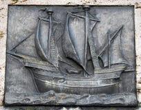 Oud, vlak beeldhouwwerk van een schip, Royalty-vrije Stock Foto