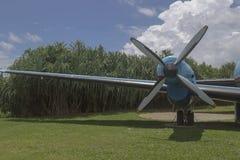 oud vliegtuig die zich als aantrekkelijkheid bevinden Royalty-vrije Stock Afbeeldingen