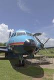 oud vliegtuig die zich als aantrekkelijkheid op de kust bevinden Royalty-vrije Stock Fotografie
