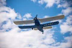 Oud vliegtuig op de hemel Stock Afbeeldingen