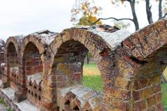 Oud voorgesteld baksteenmetselwerk Het inperken van de Rukavishnikov-manor in het dorp van Podviazye, Bogorodsky-District stock afbeeldingen