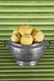 Oud voorwerp: terrine met citroenen, groene achtergrond Stock Foto