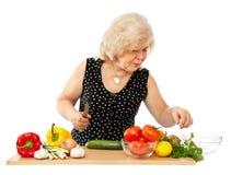 Oud vrouwen kokend voedsel stock foto