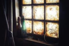 Oud vuil venster met stoffige flessen royalty-vrije stock foto's