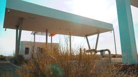 Oud vuil verlaten benzinestation U S Route 66 crisisweg 66 die langzame geanimeerde video van brandstof voorzien de gesloten wink stock videobeelden