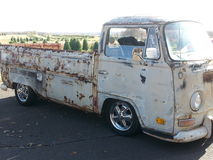 Oud VW neemt vrachtwagen op Stock Fotografie