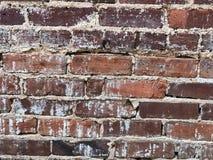 Oud waarschuw onderaan bakstenen muur met cement tekortkoming royalty-vrije stock afbeeldingen
