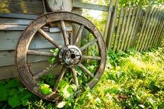 Oud wagenwiel op een groen gras royalty-vrije stock fotografie