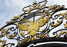 Oud wapenschild van het Russische Imperium over de poort Stock Foto's