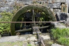 Oud Watermolenwiel in een Geruïneerde Molen Stock Afbeeldingen