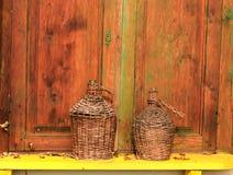Oud wattled flessen, houten achtergrond Stock Afbeeldingen
