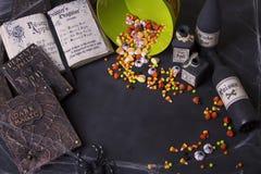 Oud werktijdboeken en Halloween-suikergoed royalty-vrije stock foto's