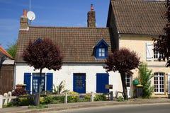 Oud wit en blauw huis Stock Foto