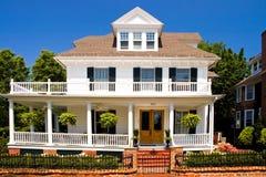 Oud wit huis met portiek Stock Afbeeldingen