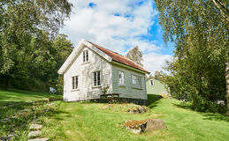 Oud wit traditioneel Noors huis, rond het berkbos Stock Afbeeldingen