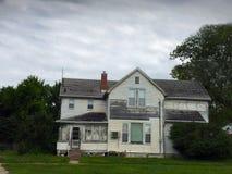 Oud wit twee verhaalhuis met schilverf Stock Foto's