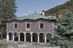 Oud woondistrict en kerk met authentieke architectuur van grijswitte antiquiteit Varosha royalty-vrije stock afbeeldingen