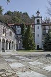 Oud woondistrict, klokketoren en kerk met authentieke architectuur van grijswitte antiquiteit Varosha stock afbeeldingen
