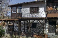 Oud woondistrict met huis in de houten omheining van grijswitte antiquiteit Varosha stock foto