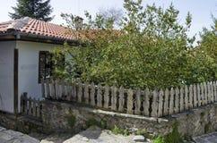 Oud woondistrict met huis in de houten omheining van grijswitte antiquiteit Varosha stock fotografie