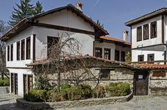 Oud woondistrict met smalle steeg en authentieke architectuur van grijswitte antiquiteit Varosha stock fotografie